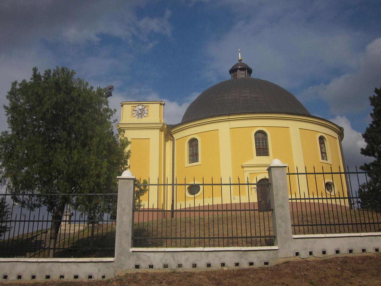 Az aláírás helyszíne (az egykori vezéri sátor) helyén emelt Békekápolna (Kapela mira)